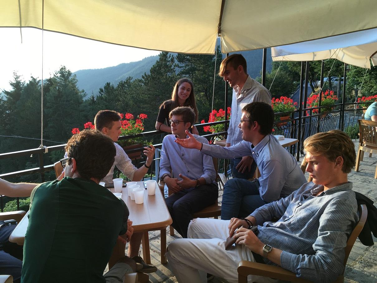 Un momento di discussione in terrazza