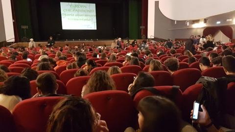 La platea degli studenti presenti alla Giornata di Consapevolezza Europea al Teatro Moderno